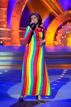 Lydia vestida de bandera del Orgullo