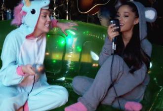 Miley Cyrus y Ariana Grande versionan a Crowded House en pijama