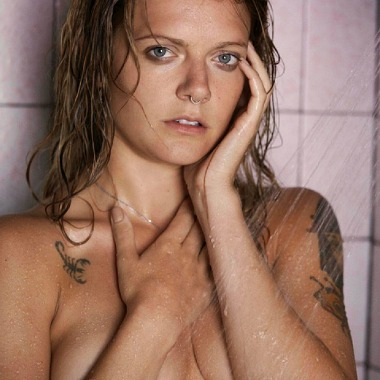 tove-lo-shower