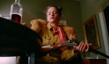 Rosalía, entre joyas y armas en el videoclip de Pienso en