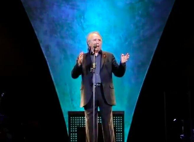 Serrat interrumpe su concierto para contestar a un espectador que le exigía cantar en catalán